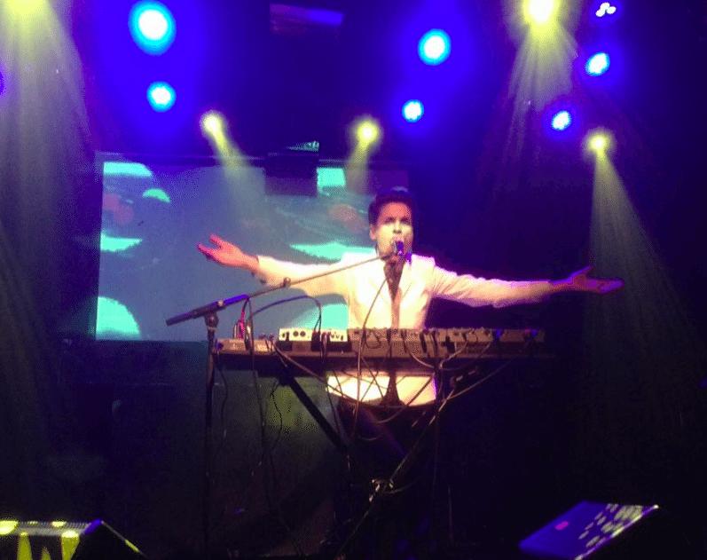 MADMOIZEL in ACU, Utrecht: hypnotiserende performance van een punk diva met synths en opera stem