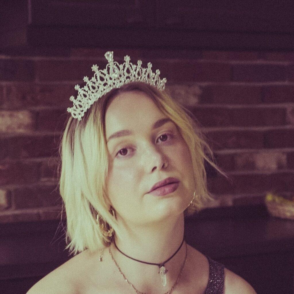 "Debuutsingle Emma Dawkins – ""Amateur Pop"""
