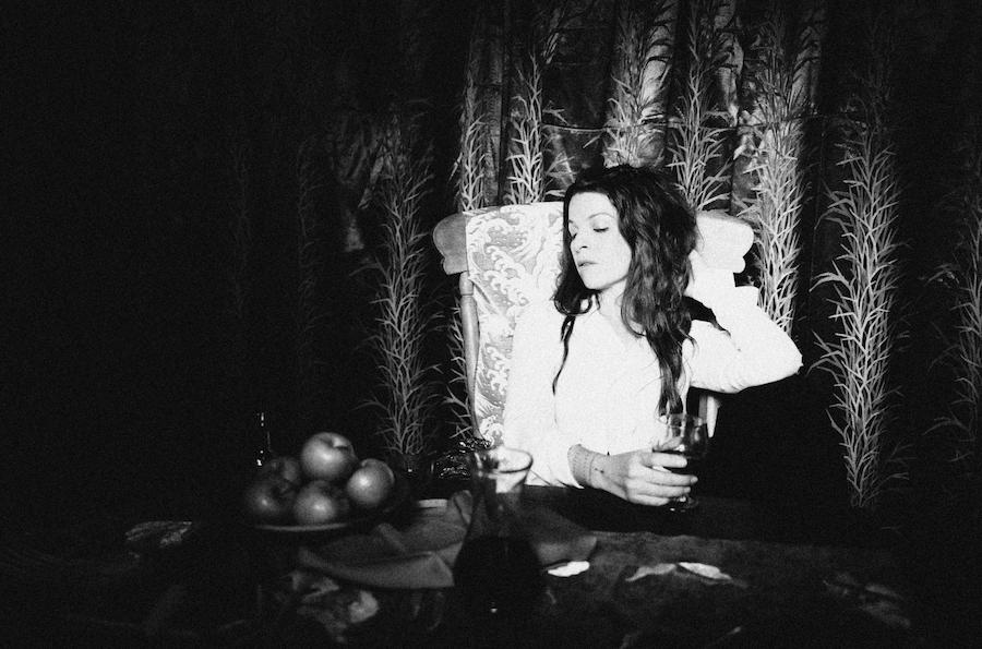 "Nieuwe single Jesca Hoop ft. Lucius – ""Shoulder Charge"""