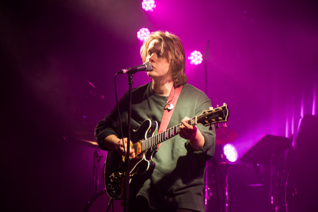 "Nieuwe single Lewis Capaldi – ""Hold Me While You Wait"""