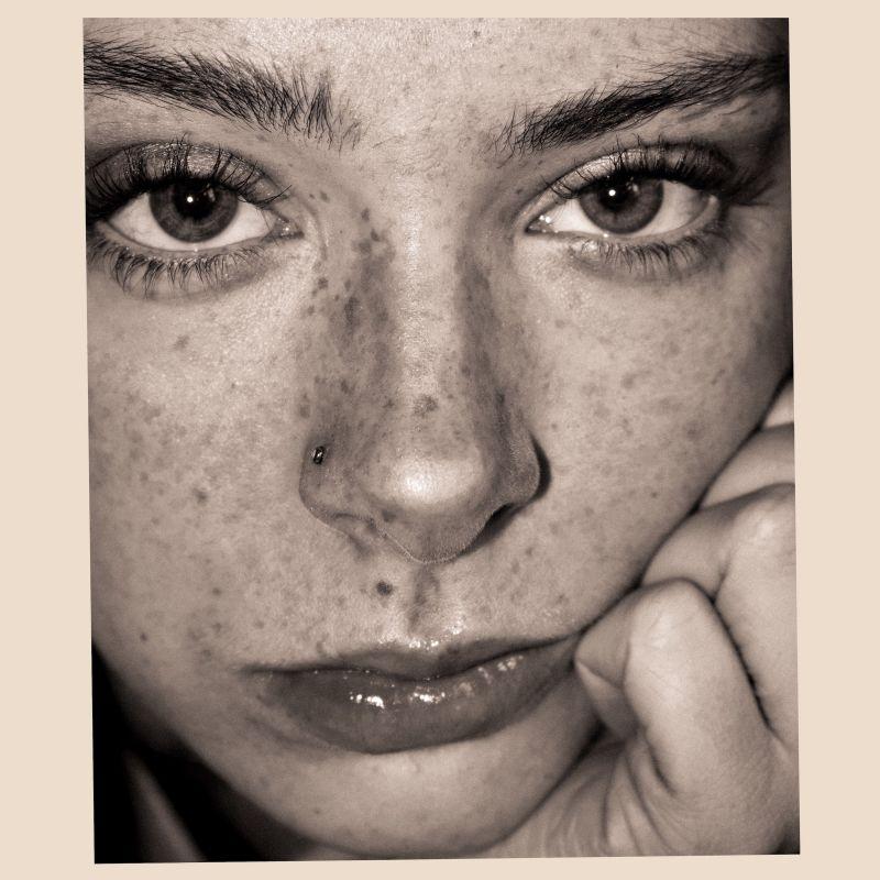 Holly Humberstone – Falling Asleep at the Wheel (★★★★): Zwarte liefde, roze toekomst