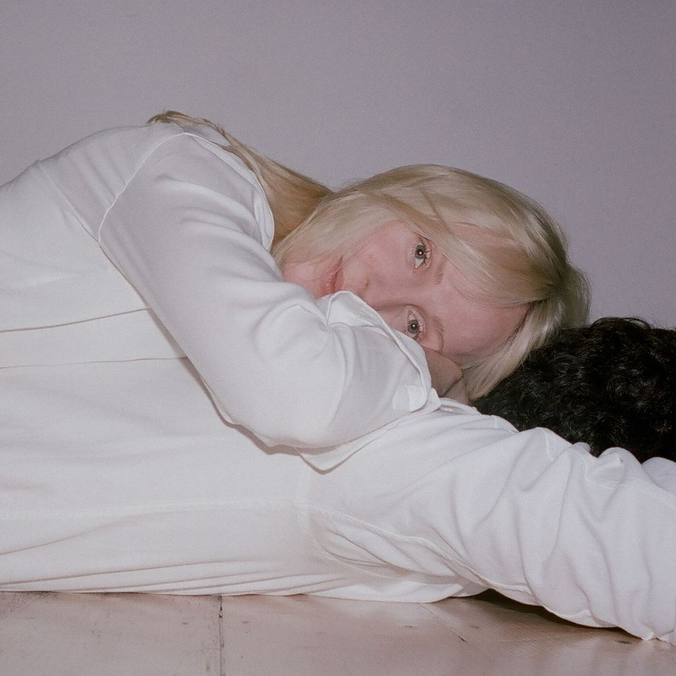 "Nieuwe single Laura Marling – ""Held Down"""